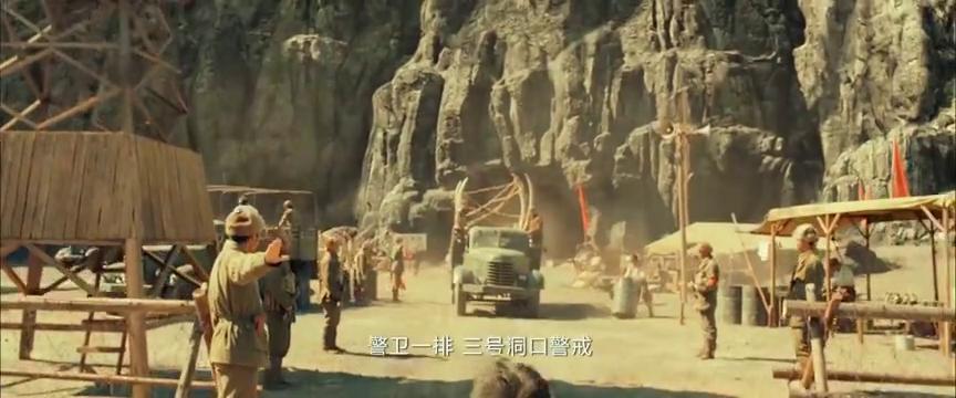 考古队员在洞穴里挖出了怪兽头骨,紧接着洞穴就发生了爆炸