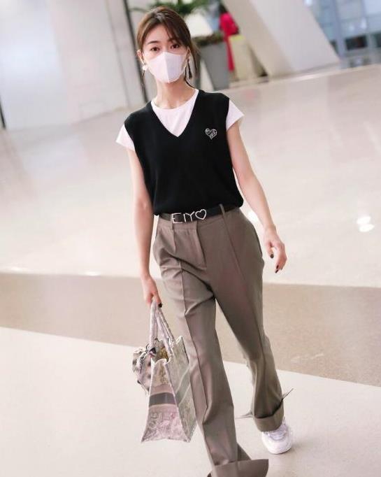 吴谨言穿黑色马甲配长裤,完美腰身尽显