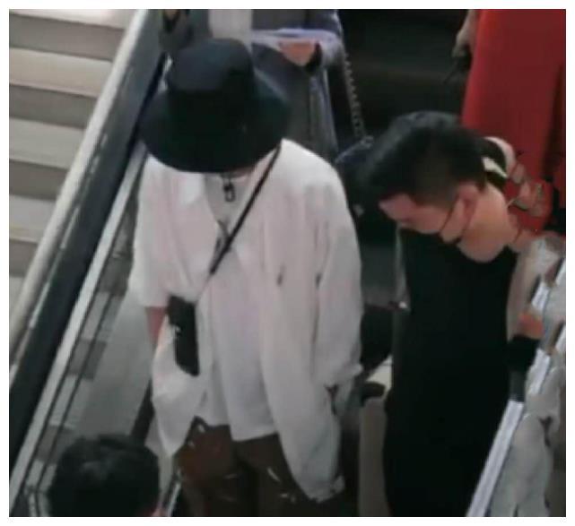 肖战正式复工录新综艺,新造型亮相双手插兜,差点认成了王一博!