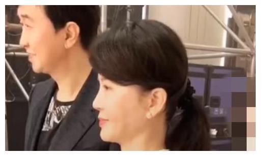 付笛声晒与妻子商演视频,称等得不耐烦?任静一条长裙还穿好多次