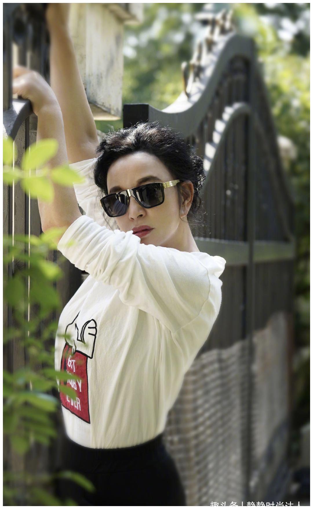 刘晓庆时尚感不减,身材走样也不担心!白T恤配哈伦裤超显瘦