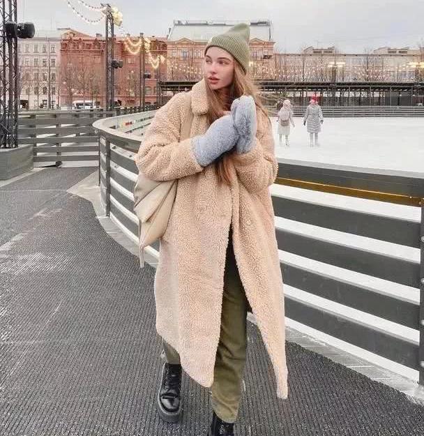 羊毛羔外套穿起来像熊?这样搭配才不显胖