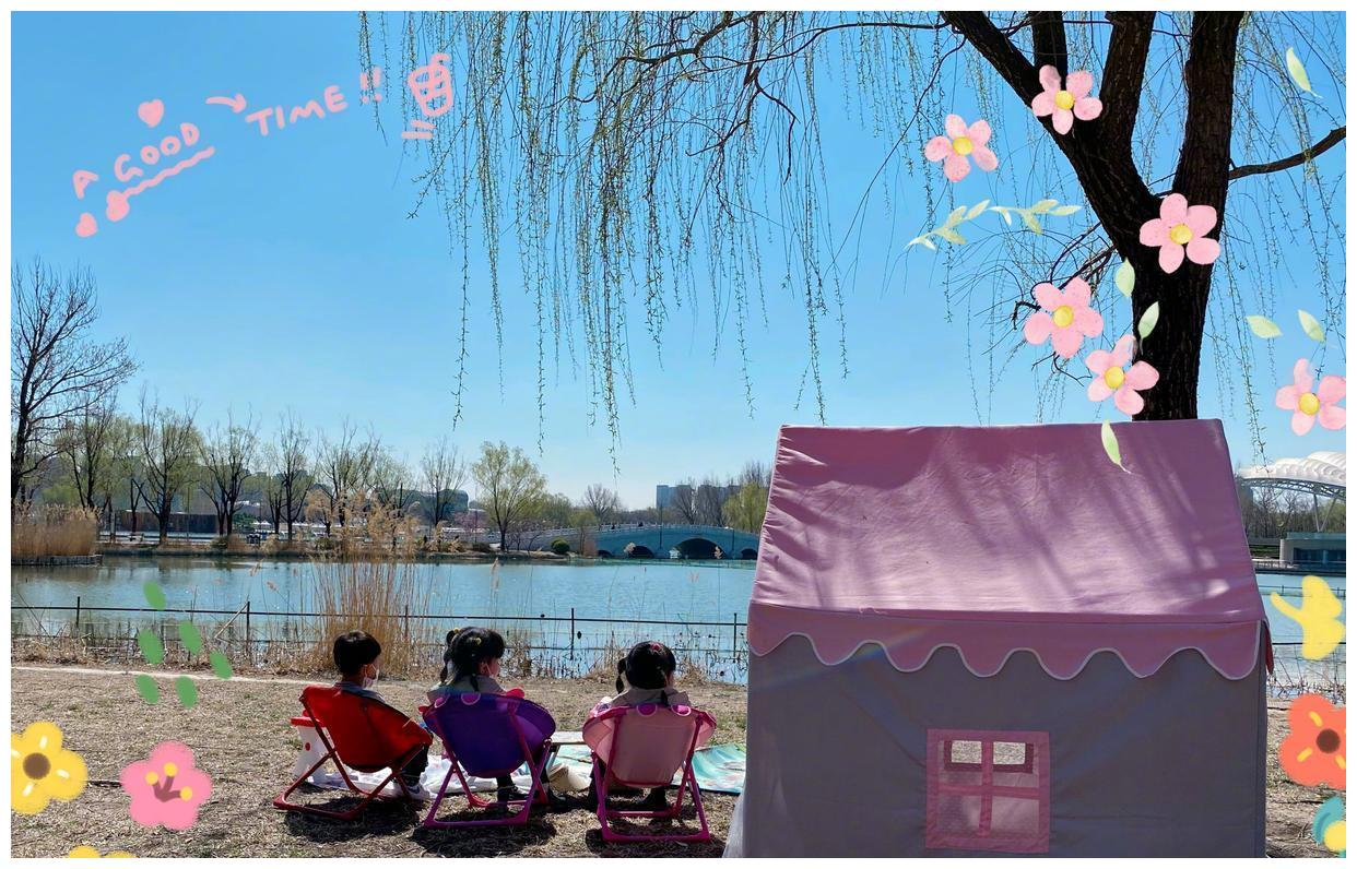 甘薇携儿女出门踏青,用放大镜看植物生涩可爱,湖边露营别有风味