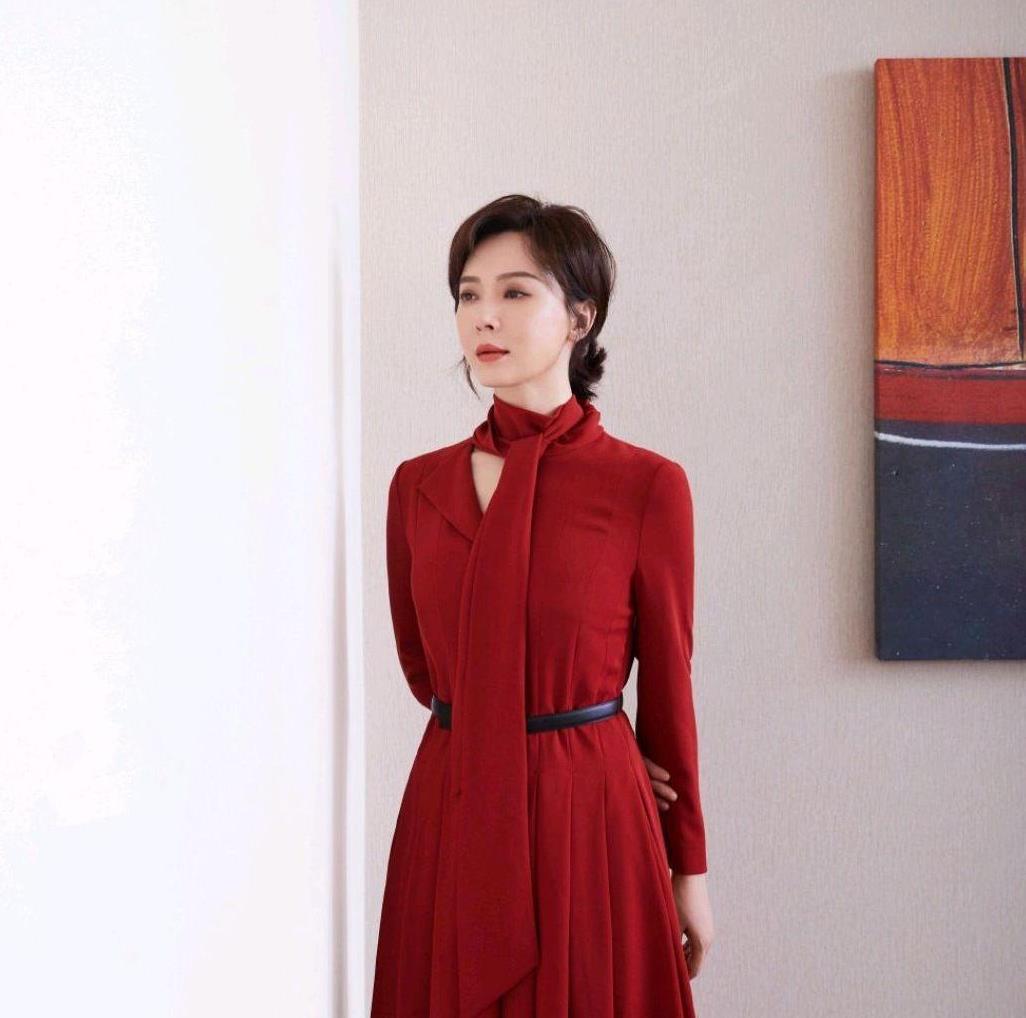 """陈数真是骨子里的高级感,红色连衣裙端庄稳重,真是""""时尚标杆"""""""