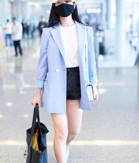 """""""辣妈""""陈妍希真会穿,一身浅蓝色西装搭配短裤,少女感满满"""