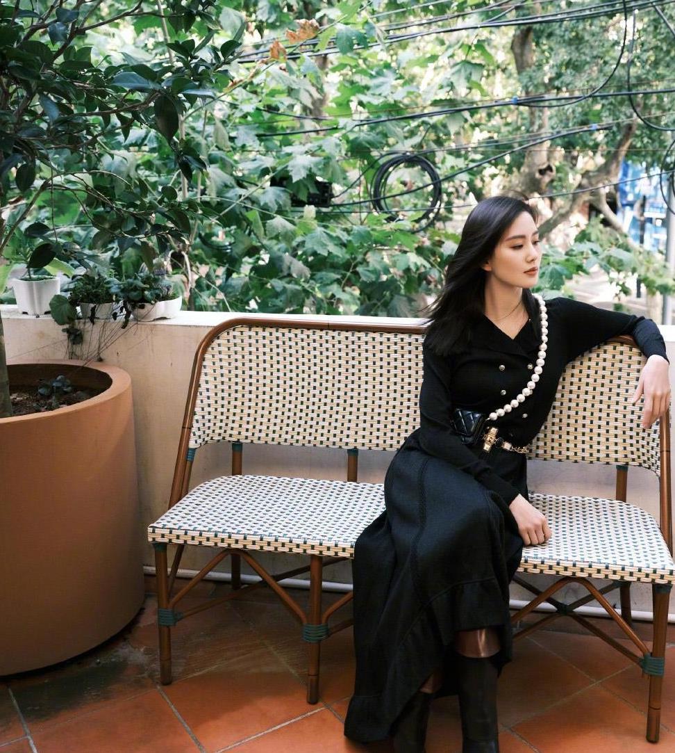 刘诗诗气质没谁了!一身黑色连衣裙端庄优雅得体,长卷发时尚减龄