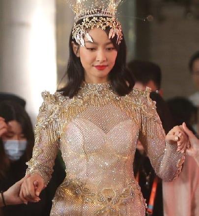 赵丽颖宋茜穿上金鹰女神套装,一样是女明星,身材像超模VS村花