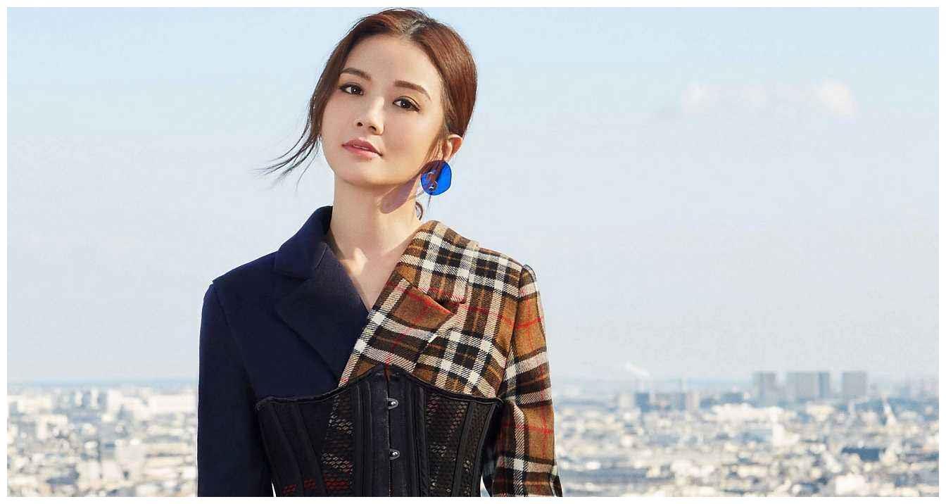郑秀文晒与蔡卓妍CP感同框照,疑为宣传新剧,48岁女神容颜依旧