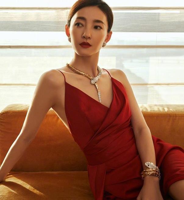 被王丽坤红裙造型惊艳了!开叉设计展现美腿,气质拿捏的死死的