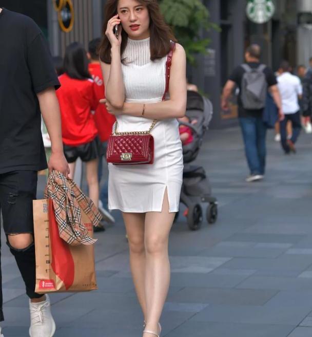 时尚无袖连衣裙,搭配白色尖头高跟鞋,透露出高贵与优雅的气质