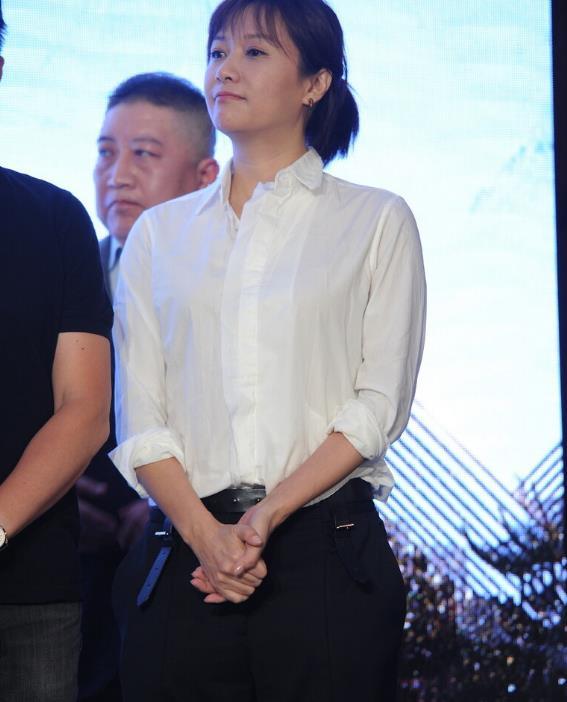徐静蕾身材颜值没得挑,穿白衬衫配西裤简约大气,气质果真很重要