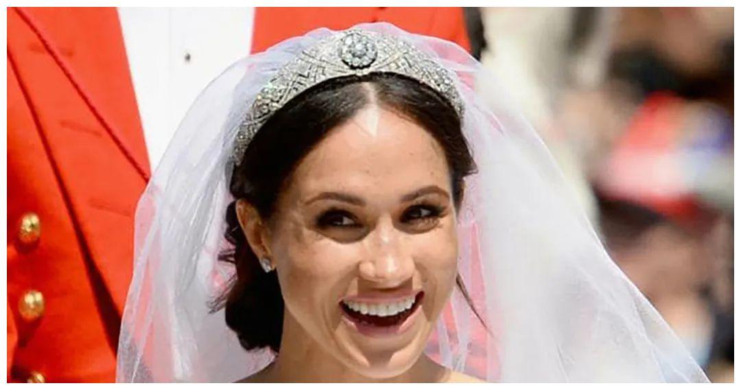 梅根婚礼前曾与女王争吵,执意要戴绿宝石皇冠,还向老公吐苦水!