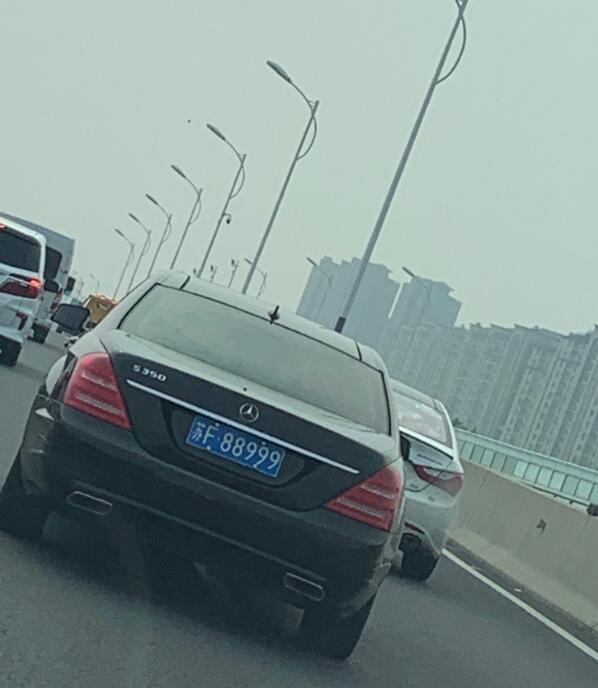 """南通通沪大道高架实拍车牌靓号""""88999"""",挂奔驰S350上非常般配!"""