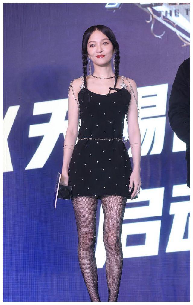 张韶涵穿黑色镶钻小黑裙,绑着双马尾辫精灵可爱,又美又俏!