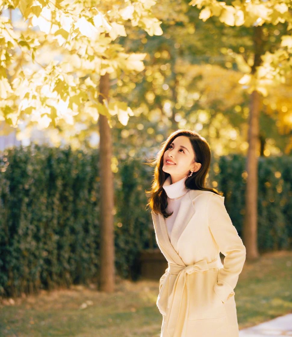 """古力娜扎""""天然美女""""就是好看!穿大衣内搭高领针织衫,高贵优雅"""