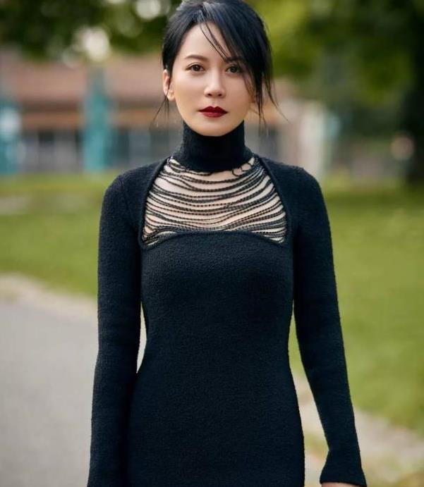 50岁俞飞鸿又惊艳了,穿黑色紧身裙没有一丝赘肉,腰臀比太优越