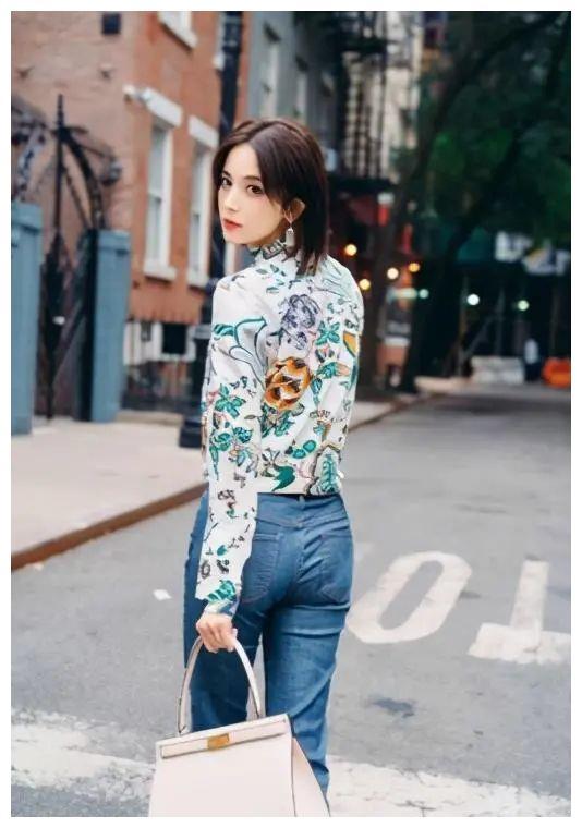 27岁古力娜扎衣品真好,3套休闲服充满新意,露脐装却成为焦点