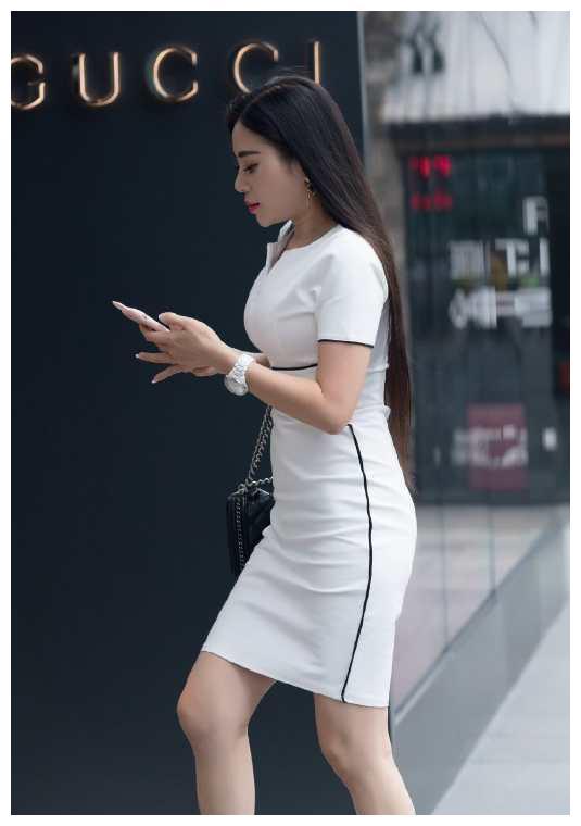 时尚修身的小V领连衣裙,搭配一双肉色高跟鞋,轻松显高又显瘦