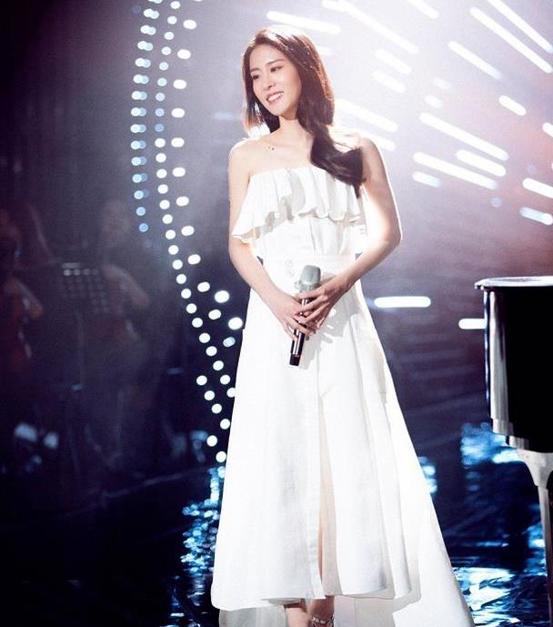 张碧晨真像是坠落的仙女,抹胸造型很稚嫩,看着好似贵气公主