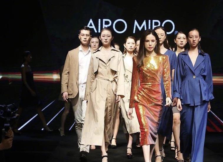 李若彤带众模特走秀上热搜,金色亮面修身裙霸气,这是54岁?