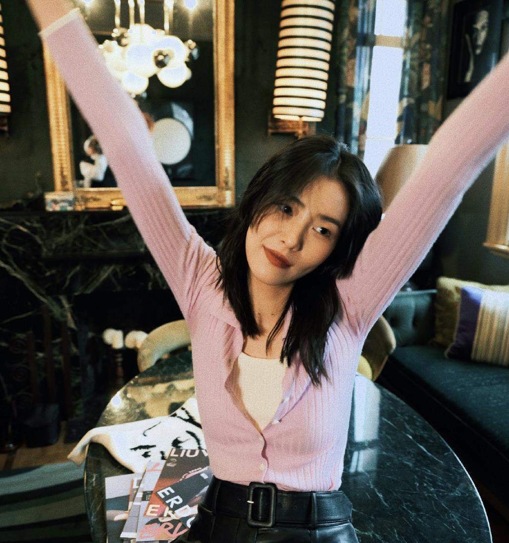 刘雯晒居家美照,穿粉紫针织衫配皮裤性感优雅,116cm美腿太羡慕