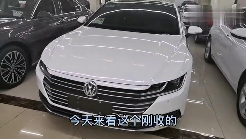 视频:上牌一年大众cc在济南二手车市场卖多少钱,入手一台轿跑太香了!