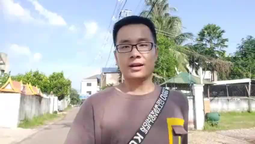 拍了很多老挝排楼草屋,今天去万象别墅区看看,很多豪宅都没人住