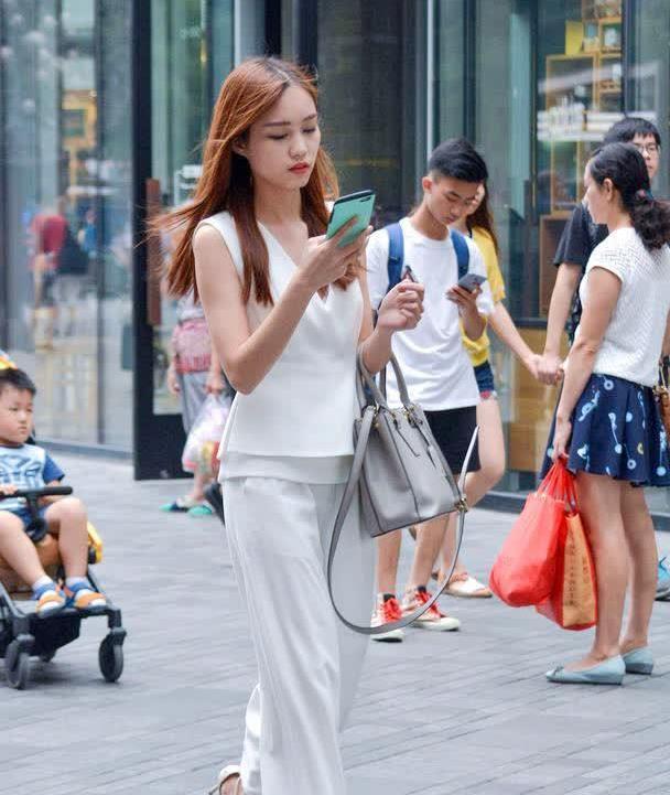 白色阔腿裤,搭配无袖修身小衫,交叉带高跟鞋更好提升气质