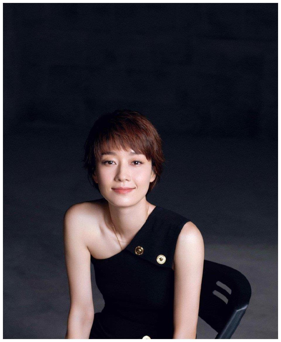 44岁马伊琍造型来袭,穿黑色开叉裙秀好身材,尽显成熟女人魅力