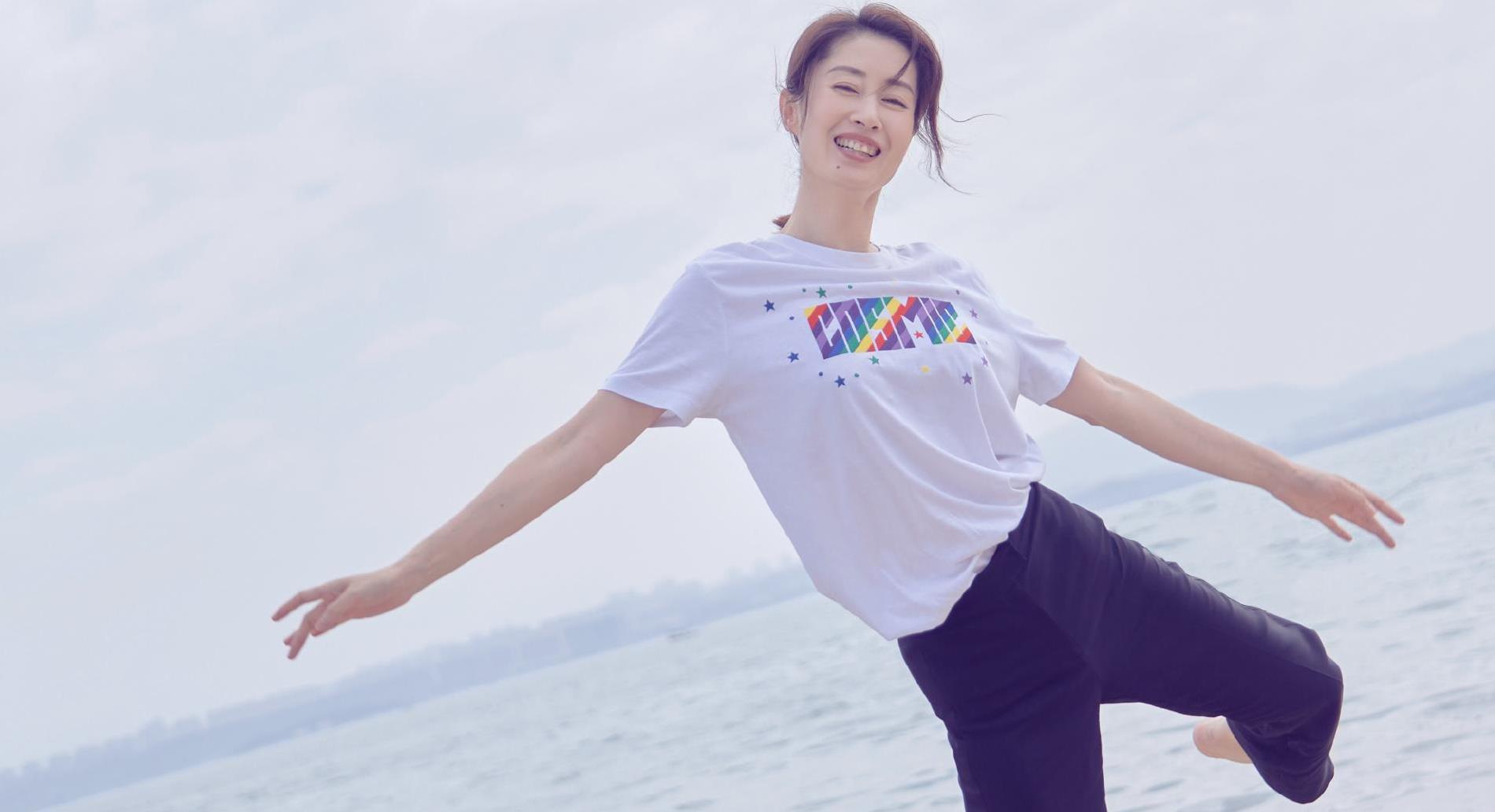 中年翻红状态佳,44岁刘敏涛海边起舞,白T恤配紫色喇叭裤好甜