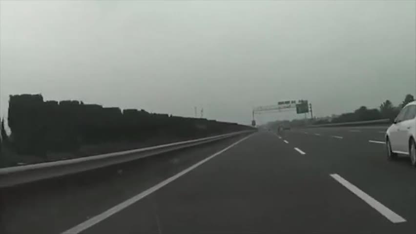 环卫工人高速路上穿行,惊险的一幕