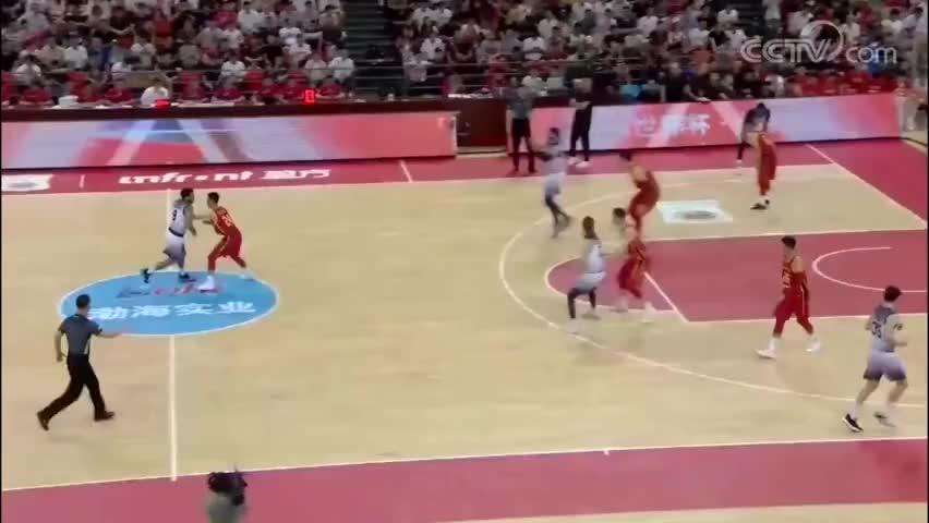 王哲林本想个人单打上篮,可是下一秒球被澳大利亚球员破坏了