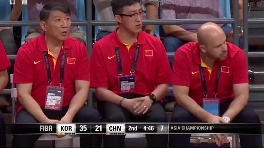 面对韩国男篮顽强防守,中国男篮打的漏洞百出,场下的教练不淡定