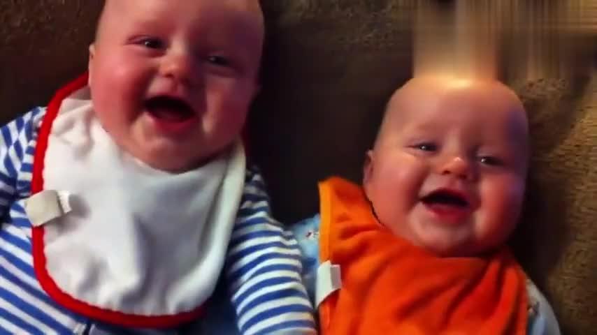 爸爸学唐老鸭逗娃开心,双胞胎小宝宝瞬间乐翻了,这声音太魔性了
