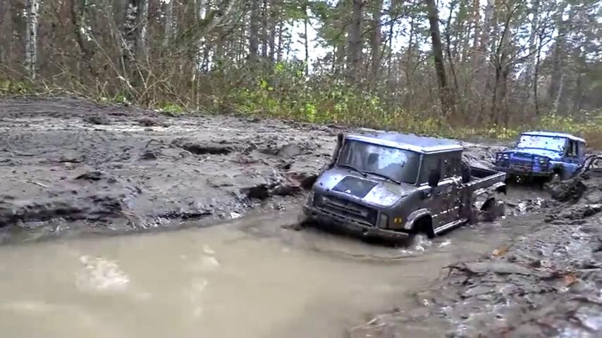 带着遥控汽车模型去泥潭撒野,这拍摄角度太厉害了!
