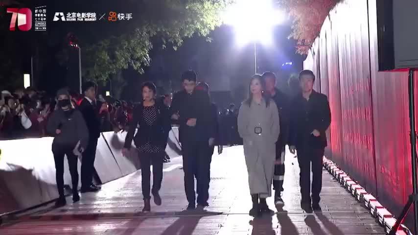 北电校庆70年 朱一龙与老师崔新琴、师姐赵薇走上红毯