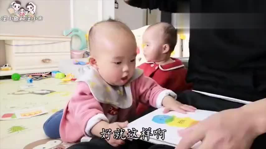 爸爸带娃有一套,陪双胞胎看绘本,手把手教学,宝宝不参与都不行