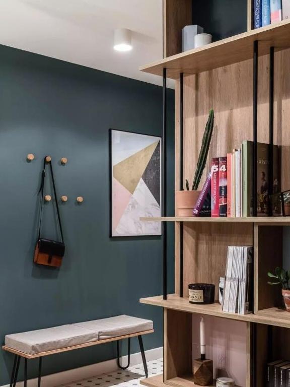 66㎡两居,以储物柜做隔断,以墨绿和原木配色,实用的文艺范儿