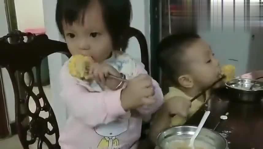 两姐弟一起吃饭,弟弟那吃相绝对是亮点,太搞笑了