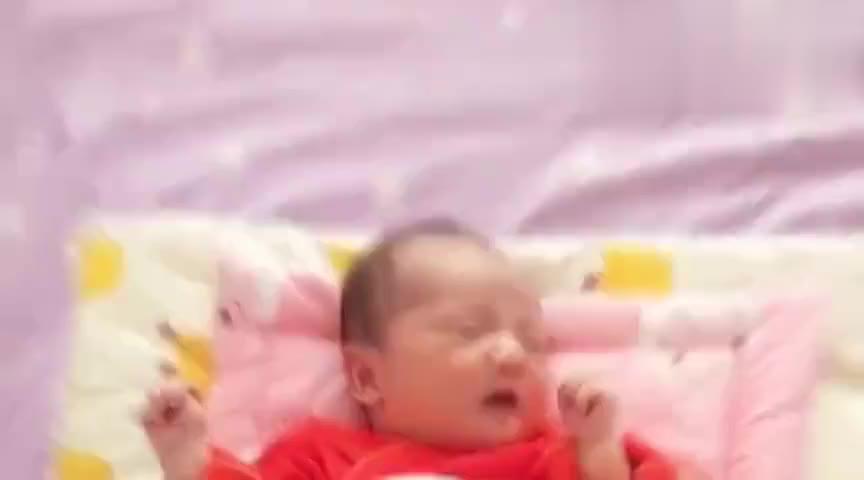 才出生十天的小宝宝,睡醒后就只会伸懒腰打哈欠,小模样太萌了
