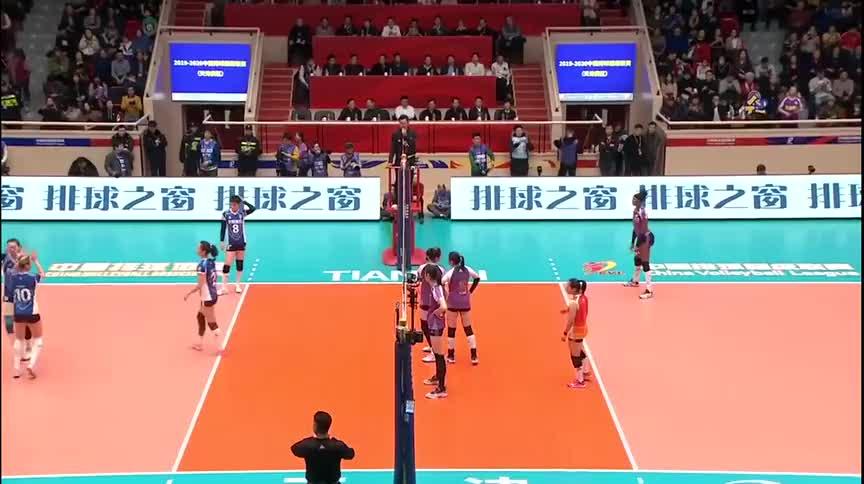 排超决赛,落后的上海女排发起疯狂反击,朱婷带领天津女排来接招