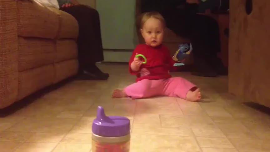 小宝宝不会走路,却学会了行走新方式,这蠕动速度简直溜溜溜啊