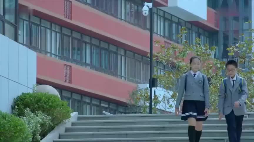 总裁接闺女放学,看见女儿班主任穿开叉包臀裙,坐车里看蒙了