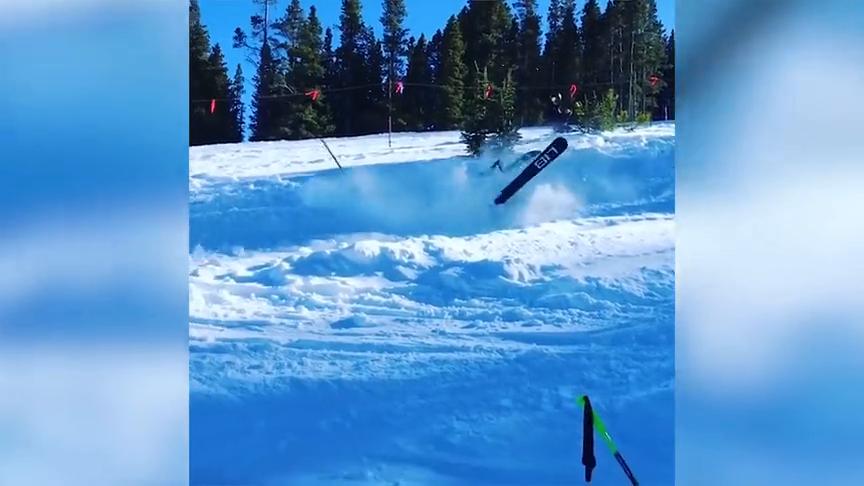 滑雪牛人展示花式滑雪,结果直接就摔到了,那场面有点遗憾啊!