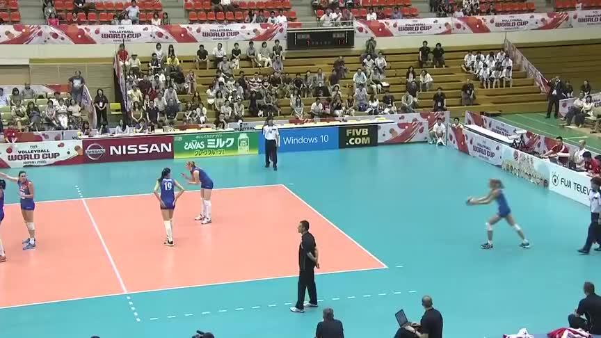 世界杯中国女排对阵塞尔维亚,女排出现让球失误,郎平立刻叫暂停