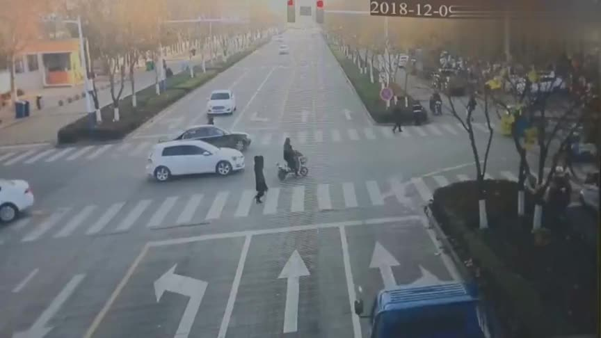 """三轮车""""骑""""上小轿车,司机当场就懵了,监控拍下奇葩车祸"""