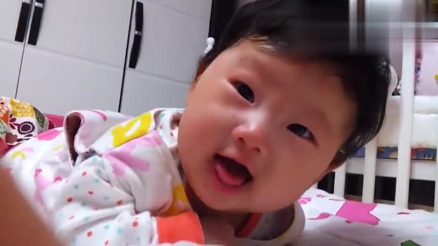 小宝宝精力太旺盛,半夜不睡嘀咕不停,好像有很多秘密一样