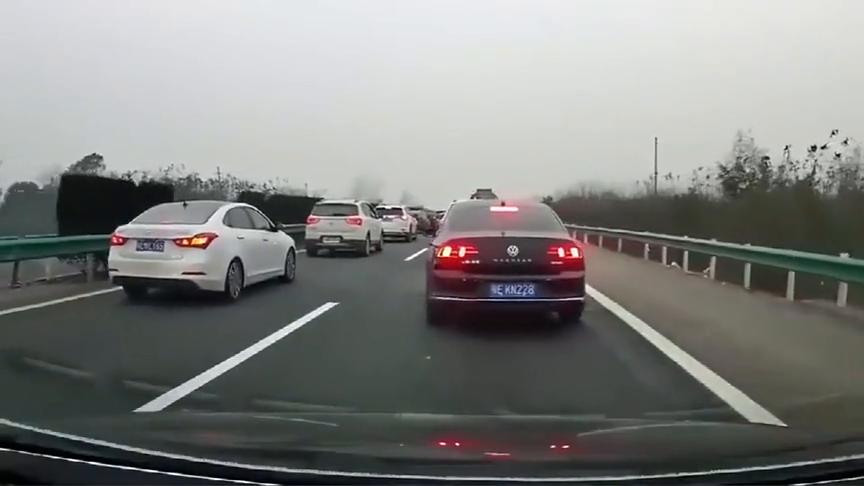 """视频:一堵车迈腾就""""神操作"""",结果尴尬了!"""