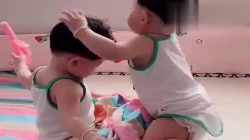 双胞胎姐妹打架,打不过就薅头发,接下来一幕,不笑你打我!