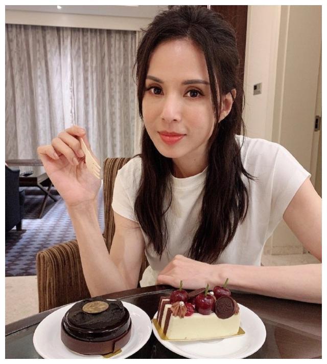 小龙女李若彤私照被晒出,身材火辣犹如超模,确定只有五十四岁?